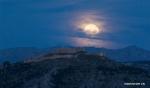 اكتمال القمر في سماء اليونان .jpg