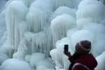 شلال مجمد يجتذب عددا كبيرا من الزوار في شرقي الصين .jpg