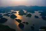 مناظر خلابة لبحيرة في مدينة قوييانغ بمقاطعة قويتشو.jpg
