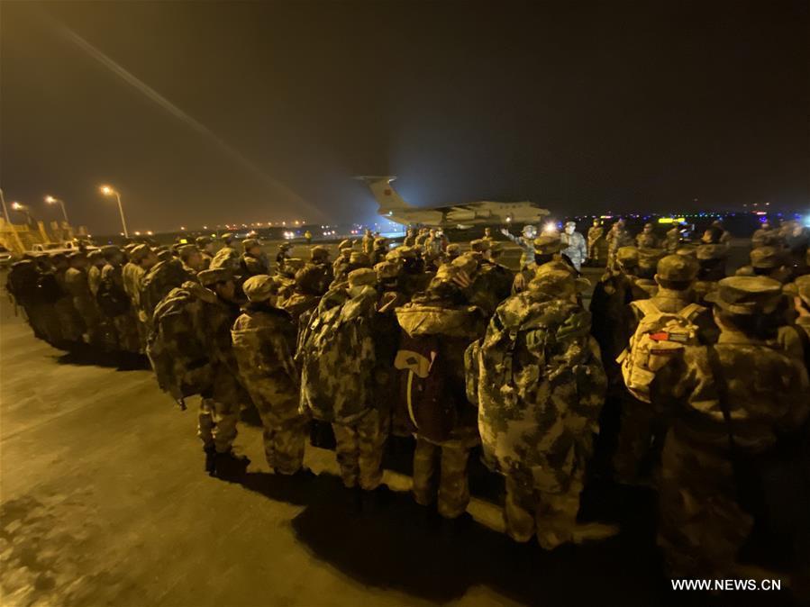 الصين ترسل 450 من العاملين الطبيين العسكريين إلى مدينة ووهان لمكافحة فيروس كورونا الجديد .jpg