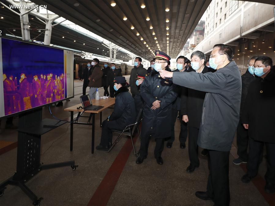 رئيس مجلس الدولة الصيني يتفقد أعمال الوقاية والسيطرة في محطة قطارات بكين .jpg