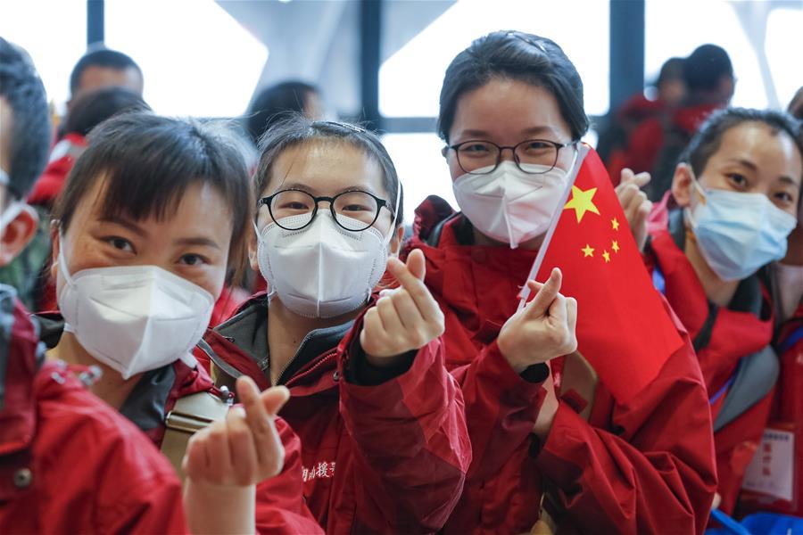 مغادرة عمال طبيون من مقاطعة هونان بعد إكمال مهمتهم في هوانغقانغ .jpg