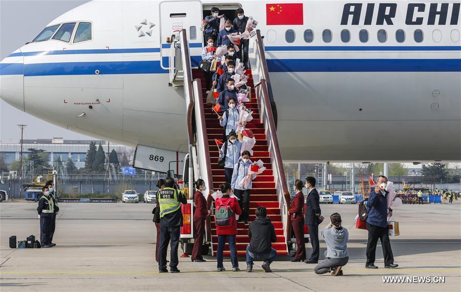 عودة الفريق الطبي الوطني إلى بكين قادما من هوبي .jpg