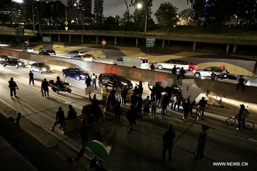 القبض على المئات في لوس أنجليس بعد تحول الاحتجاجات على وفاة فلويد إلى أعمال عنف .jpg