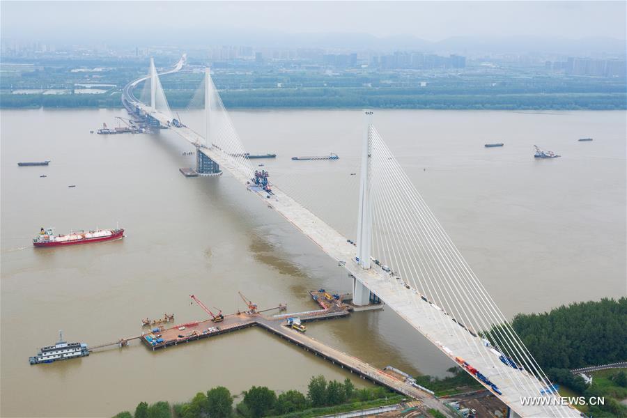 إكمال بناء جسر عبر نهر اليانغتسي في مدينة نانجينغ بشرقي الصين .jpg
