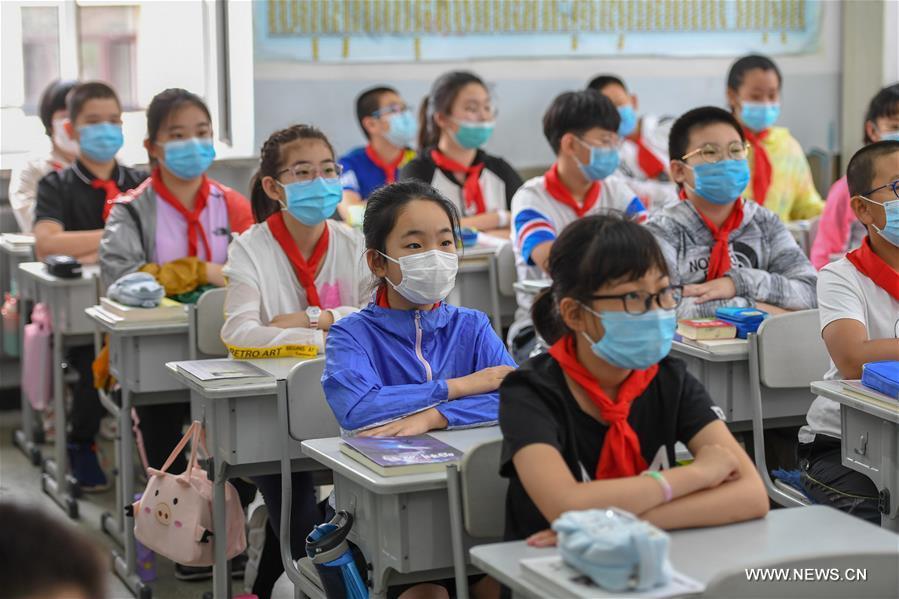 عودة الطلبة إلى المدارس في مدينة جيلين شمال شرقي الصين .jpg