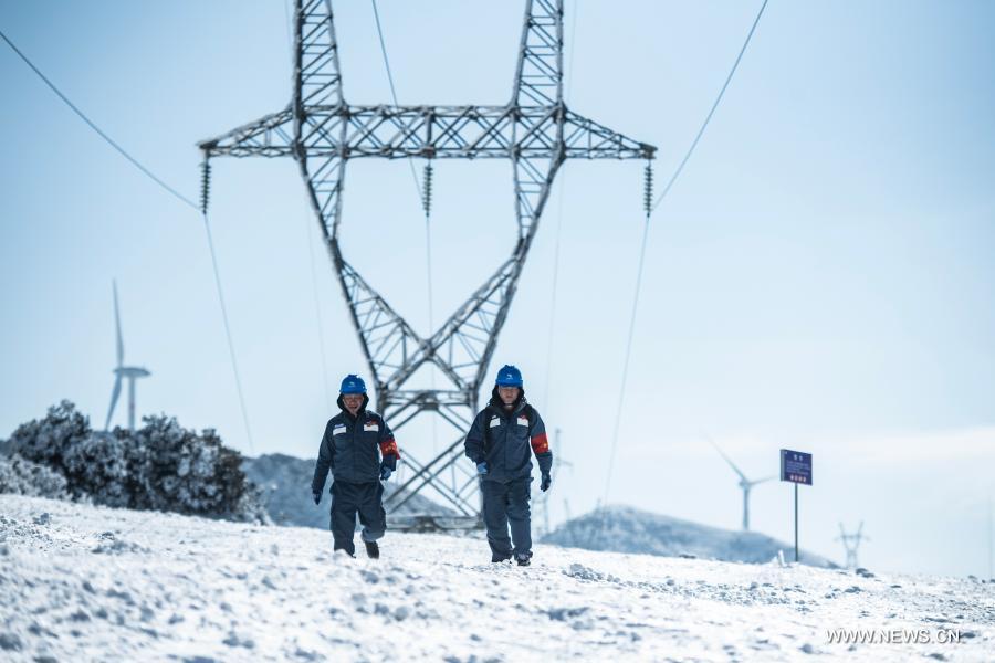 فحص الشبكة الكهربائية لضمان تشغيلها بشكل طبيعي في جنوب غربي الصين .jpg